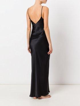 Шёлковое лаконичное платье-сорочкау в пол от Gilda & Pearl отлично дополнит будуарный корсетный пояс. Такой монохромный образ исключительно на вечер. Стоимость платья – 17118₽