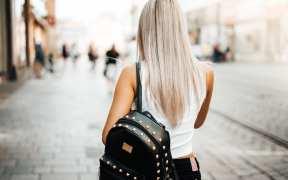 mujer caminando por calle