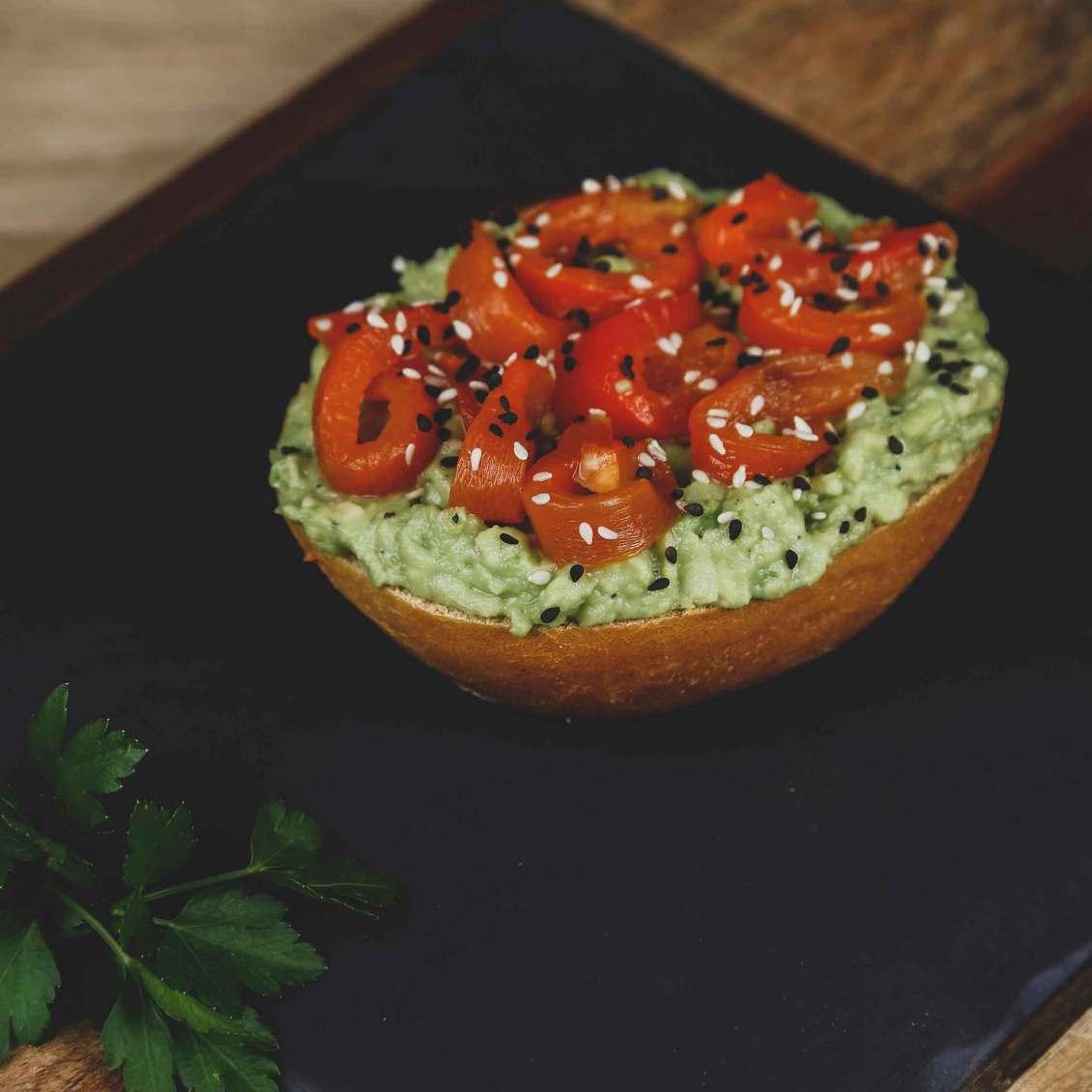 Brötchen mit Avocadocreme, gegrillten Paprikastreifen und Sesam