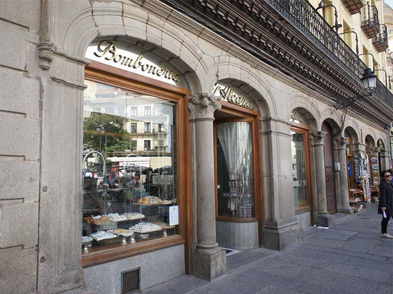 Ponche segoviano Confiteria El Alcazar fachada en Plaza Mayor