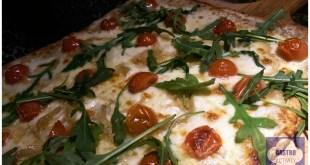Pizza de cherry y cebolla caramelizada en Kilometros de Pizza