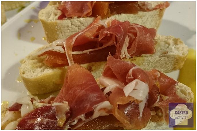 Pincho de jamón serrano en restaurante La Colchonería