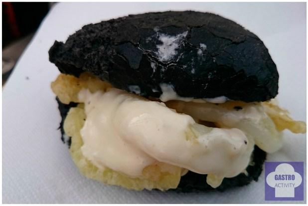 Bocata de calamares en tempura, con pan negro y salsa de pera de Restaurante Panenka
