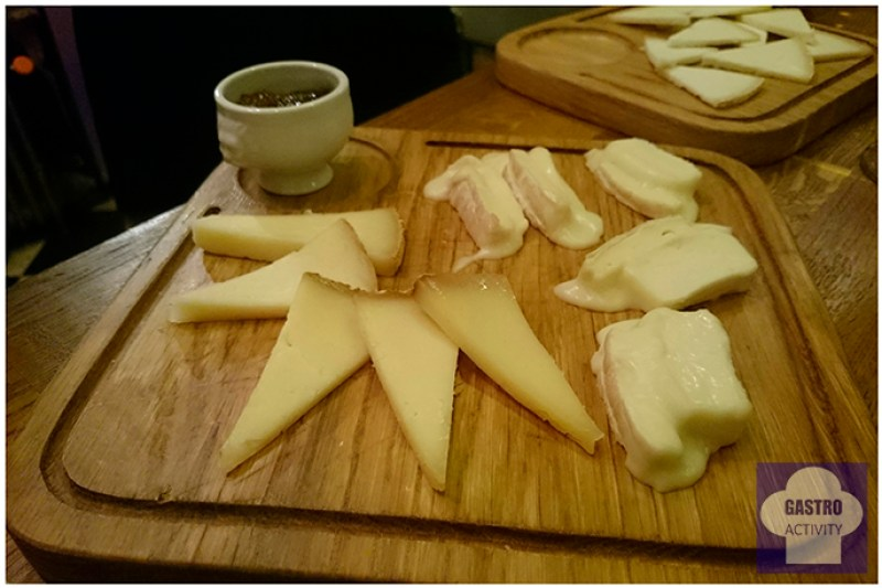 En primer plano queso de Embrujo de la Sierra y de La Laguna en Sifon bodega colmado Madrid
