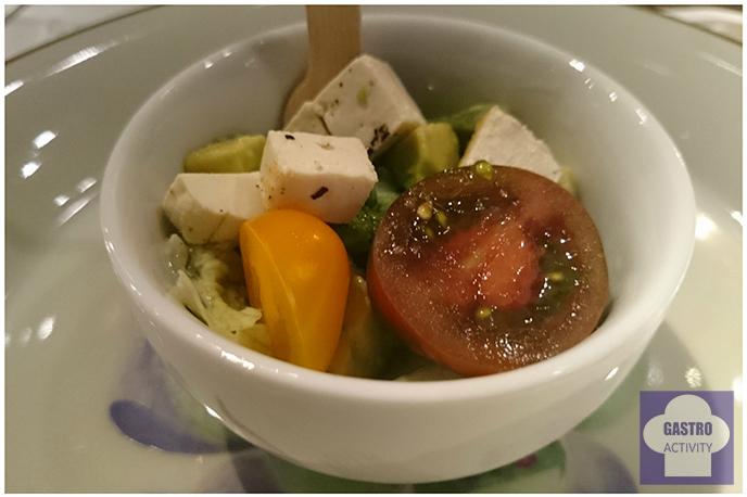 Ensalada verde con tofu a la plancha aguacate y Cherry