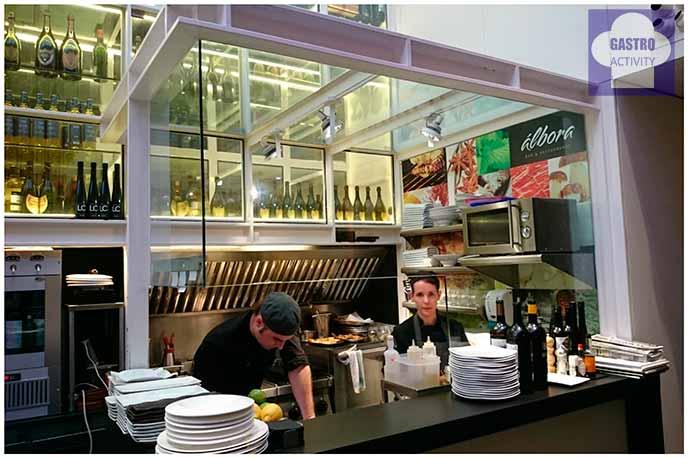 Cocina en la zona de barra del restaurante Álbora