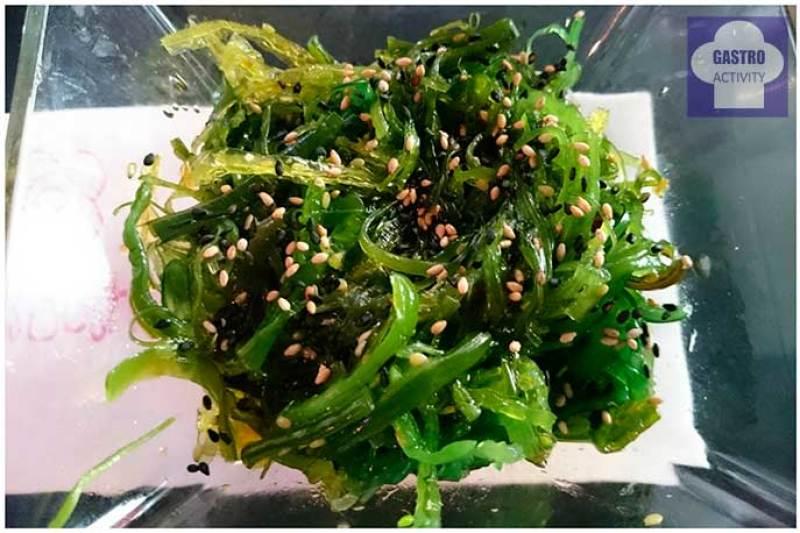 Algas wakame y sésamo en restaurante Miss Sushi Plaza de Santa Ana