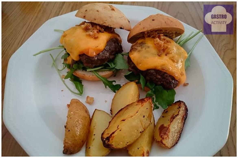 Mini hamburguesas con queso y patatas fritas