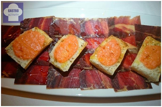 Cecina de Astorga con pan de cristal, tomate y aceite arbequina