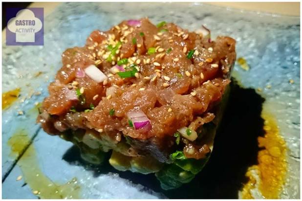 Tartar de atún rojo con cama de guacamole y brotes verdes