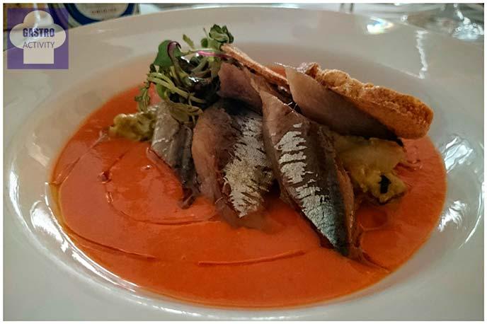 Salmorejo con picadillo de aguacate, sardina ahumada y aceite de oliva