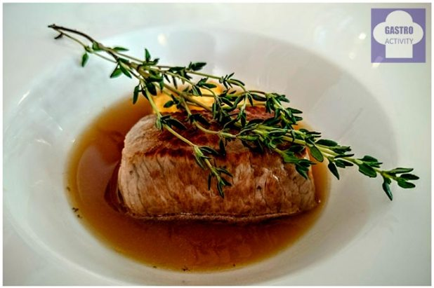 Taco de carne en fondo de verduras