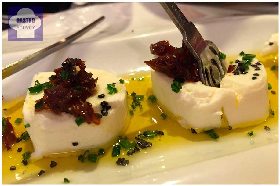 Rulo de Queso fresco con tomate seco y aceite de frantoi Restaurante Pura Vaca