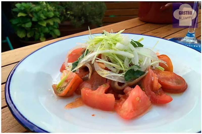 Ensalada de tomate de pueblo con anchoas y brotes Atico 11 Hotel de Las Letras Madrid