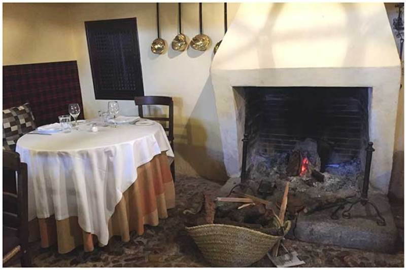 Comedor con chimenea Meson de Fuencarral