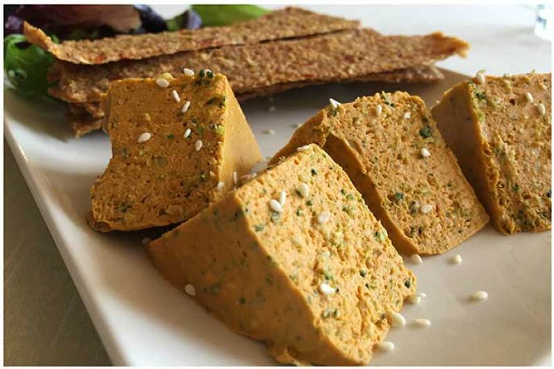 Pate Vegetal con pan de cebolla deshidratado Level Veggie Bistro restauante crudivegano