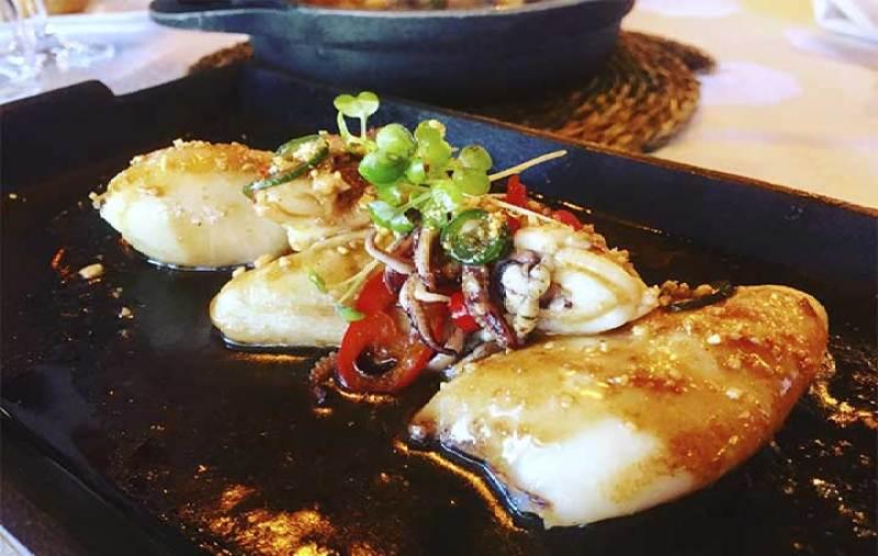 Chipirones La Dehesa en wok con guindillas frescas y ajo Restaurante La Dehesa de Las Tablas