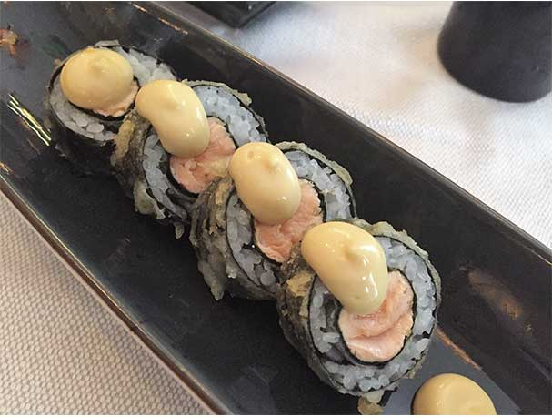 Makis de salmón y mostaza con doble tempurizado Sky Sushi and Ramen Bar
