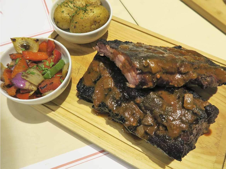 Costillar de cerdo marinado Komki Smoked BBQ especialista en carne ahumada