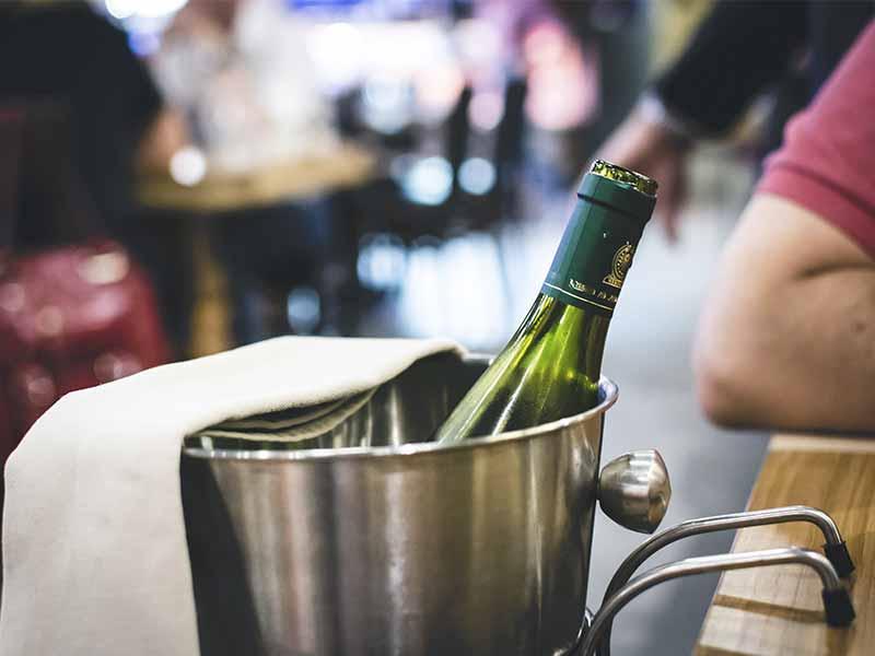 Enfriar Vinos blancos en hielera