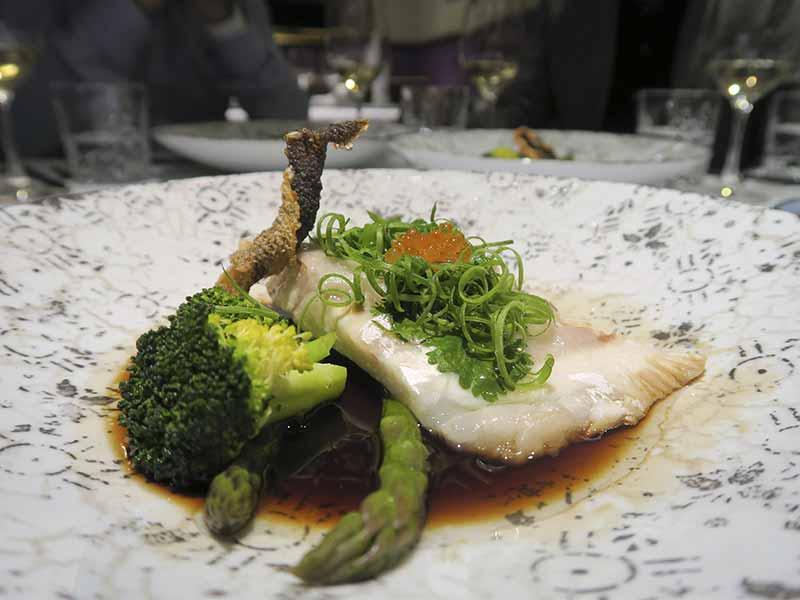 Restaurante The One Lubina al wok con verdura