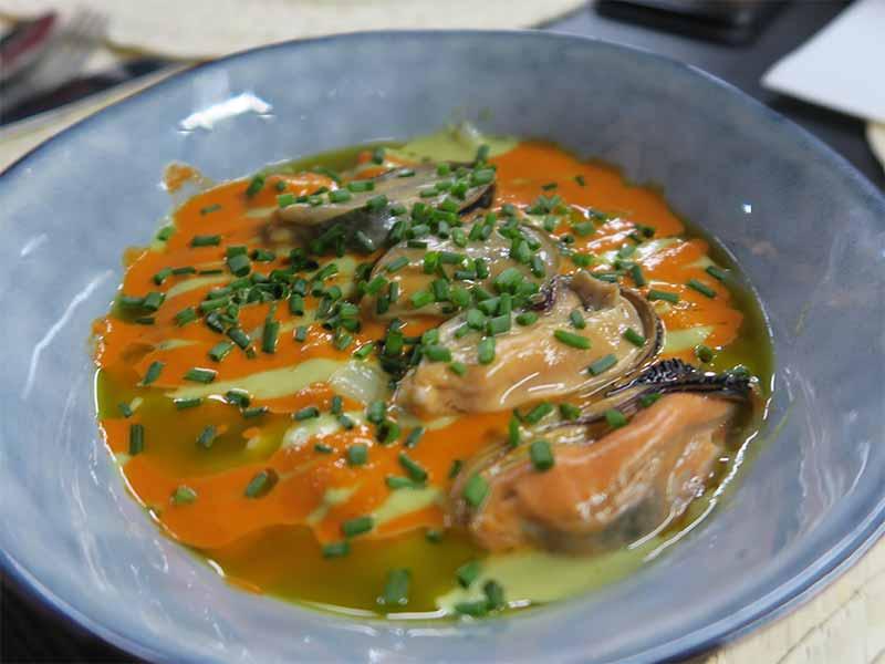 Restaurante Tres por Cuatro Salpicon de Gambon y Mejillones con crema ahumada de pimientos rojos y verdes