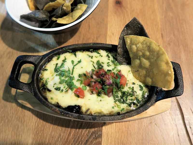 Mawey Taco Bar Queso fundido con chile poblano