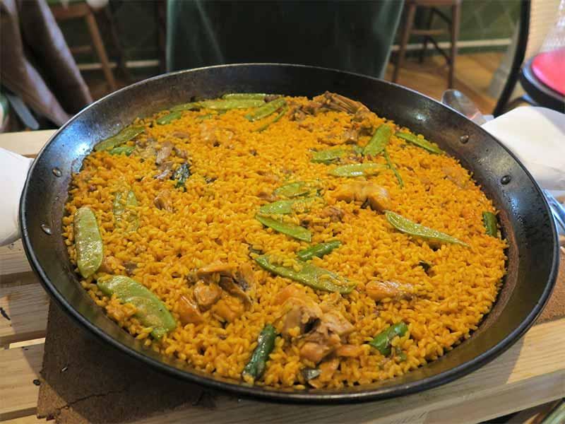 Comer cerca del Palacio Real Arroz con verduras pollo y conejo Restaurante El Clasico