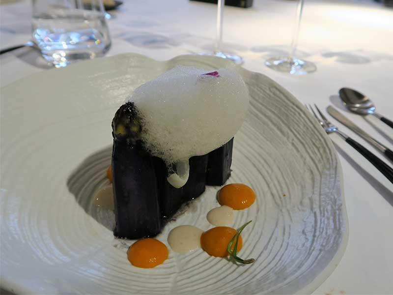 Restaurante Trigo esparragos blancos con tinta de calamar