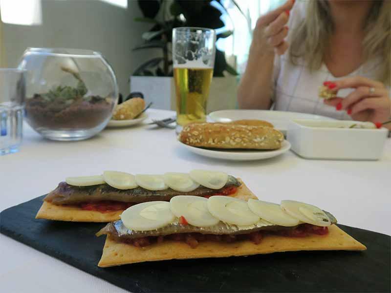 Picalagartos Sky Bar Sardina ahumada en tosta con tomate concasse, palmito y crema de palo cortado