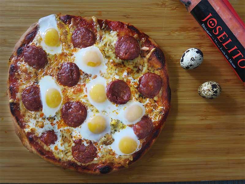 Pizza de longaniza fresca Joselito y huevos de codorniz