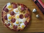 Pizza de longaniza y huevos de codorniz