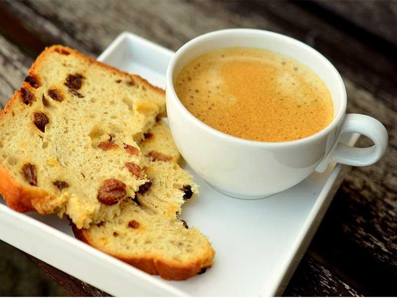taza de cafe con bizcocho