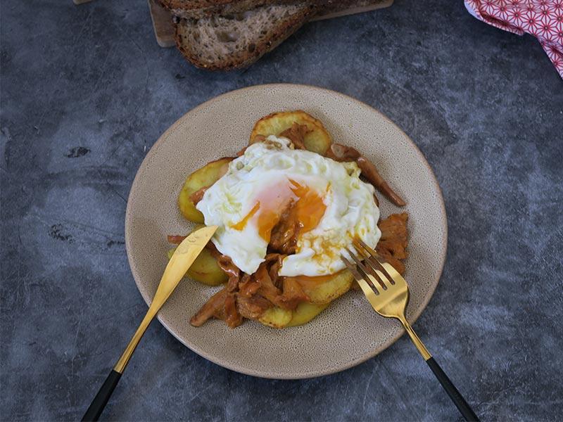 Setas al ajillo con patatas y huevo frito campero