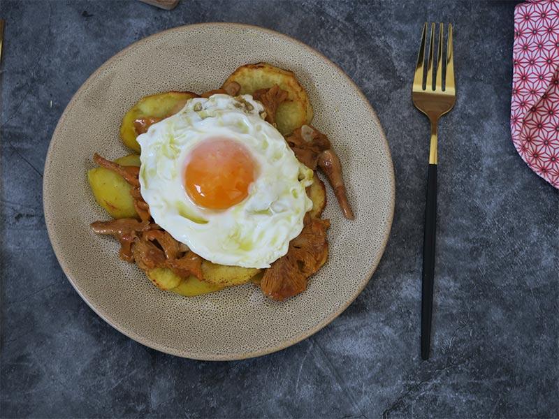 Setas al ajillo con patatas y huevo