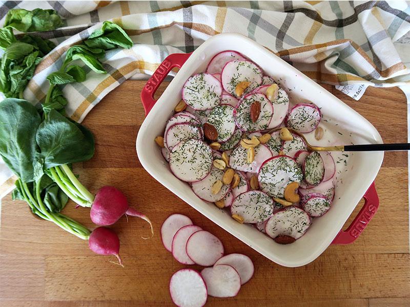 Ensalada de Rabanos y yogur con frutos secos y eneldo