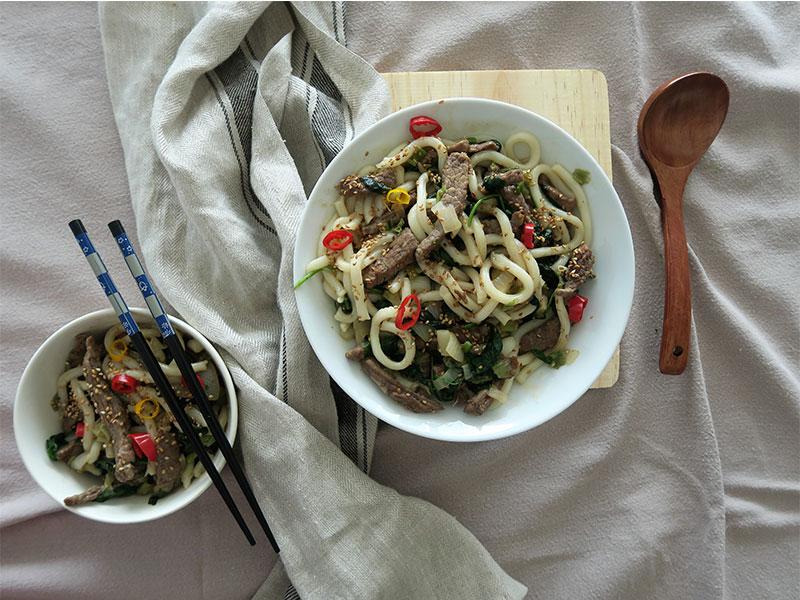 Fideos de udon con ternera y verduras