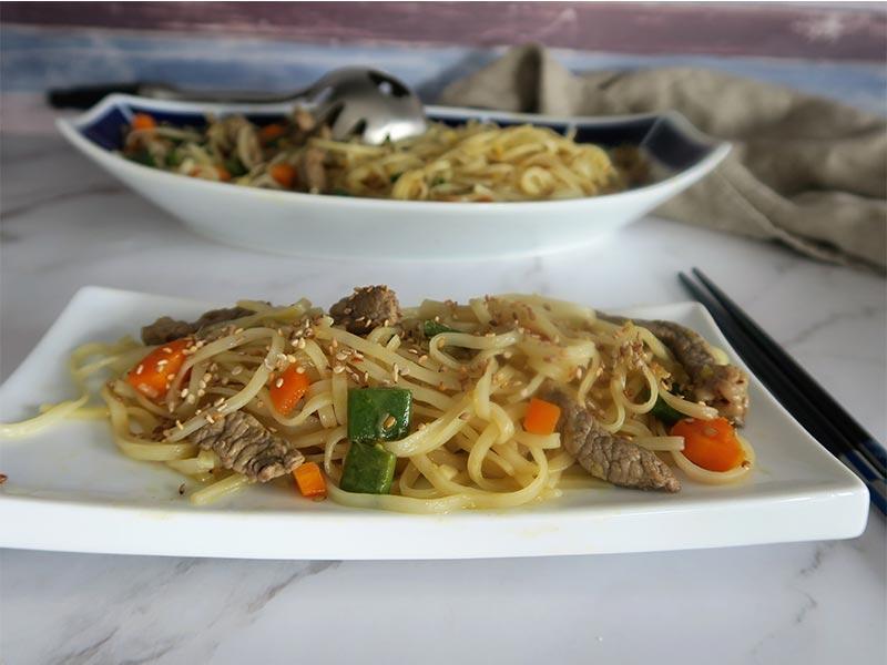 Noodles de ternera con zumo de naranja