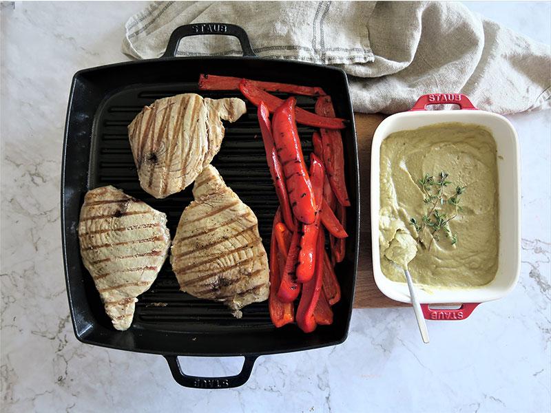 atun rojo a la plancha con hummus de berenjena y tiras de pimientos rojos