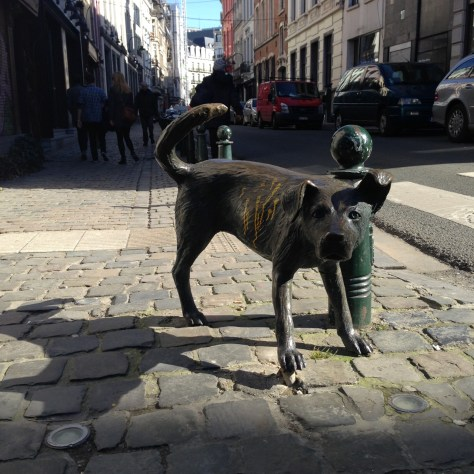 dog pissing brussels city statue