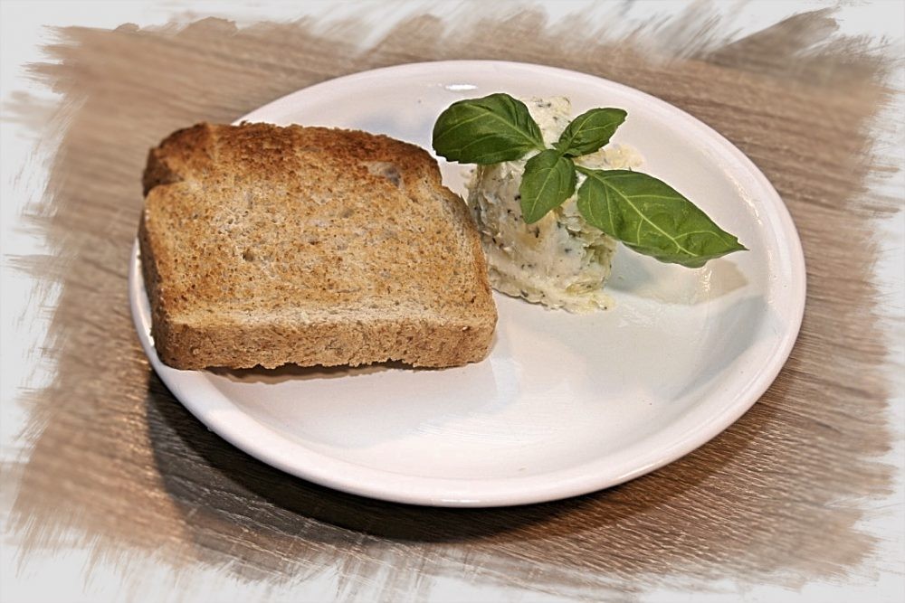 Fűszervajas pirítós saját készítésű tönkölybúza kenyérrel