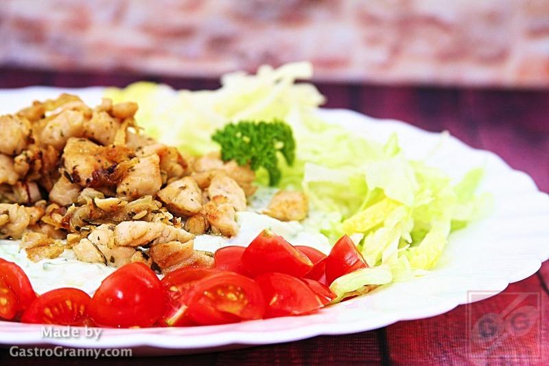 Egy komplett ebéd: Pulyka gyros (döner) tzatziki ágyon