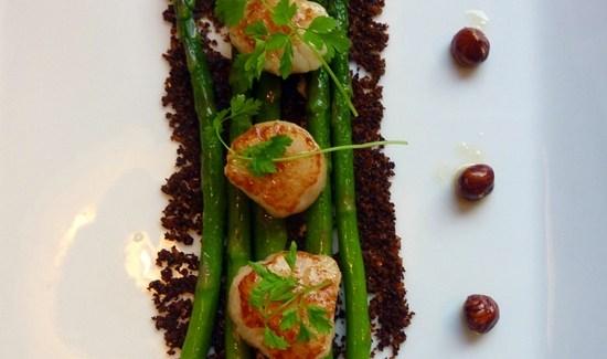 Grønne asparges med kammusling, urtecrumble og brunet smør