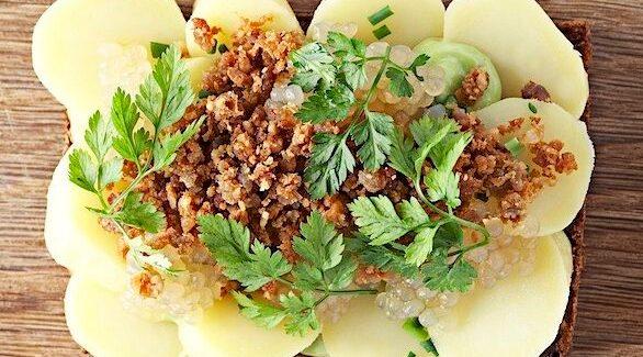 SMØRREBRØD: Kartoffelmad med Estragonemulsion, fedtegrever og syltede sagogryn