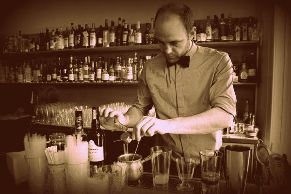 Kasper Riewe Henriksen bag baren på cocktailbaren Ruby