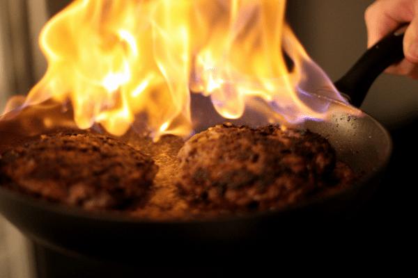 Det hører vist ikke til normalt, men flammer er altid fede i et køkken!