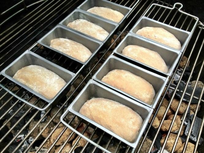 Små brød på grillen - surdejs hvedebrød med stout fra The Wharf i Aalborg.