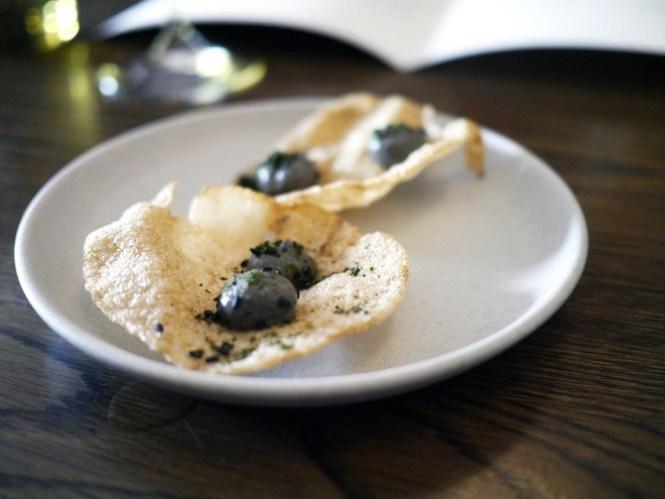 Disse sprøde crackers med røget auberginepuré indledte måltidet.