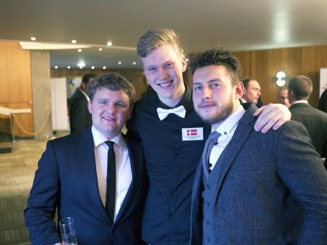 Fra højre er det Aurimas, der flankeres af Theodor i midten, mens Daniel Abildgaard Rasmussen fra Dansk Bartender Laug fuldender trioen.