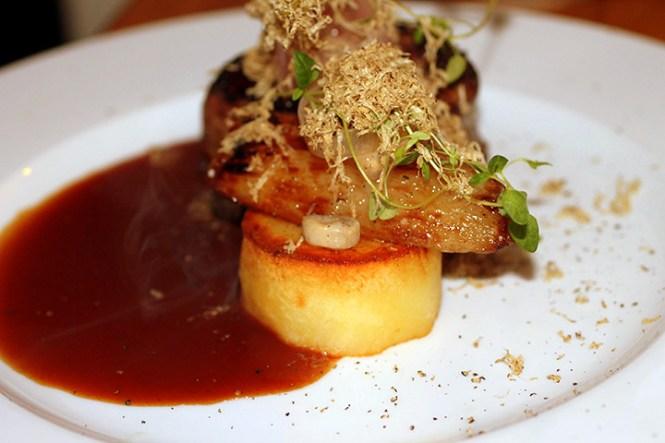 """Tournedos """"Bordelaise"""" med marv, confiteret kartoffel, Trøffel og løg..."""